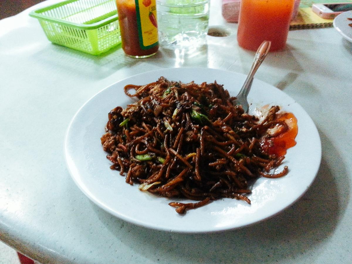 Смажені макарони. Чайнатаун в Малайзії.